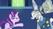 S07E26 Starlight próbuje przekonać Star Swirla do próby rozmowy z Kucykiem Ciemności