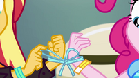 Sunset ties her and Pinkie's hands together EGSBP