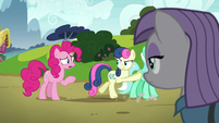 Sweetie Drops pushing Lyra off-screen S7E4