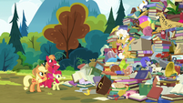 Apple siblings wave goodbye to Goldie S7E13