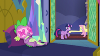 Fluttershy grabs Twilight Sparkle again S7E20