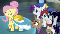 Manehattan ponies in awe of Fluttershy S8E4