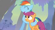 Rainbow do sonho abraçando a Scootaloo T03E06