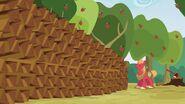 S03E08 Big Mac obok równo ułożonego stosu drewna