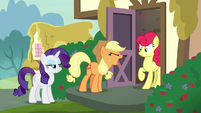 Applejack demands an apology from Strawberry S7E9