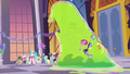 Giant Smooze approaches other Gala ponies S5E7.png