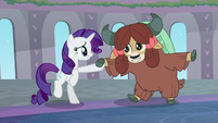 Rarity and Yona on their hind hooves S9E7