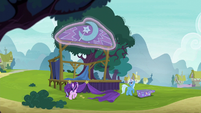 Trixie assembling her stage S6E6