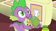 S07E03 Spike trzyma pluszowego ślimaka