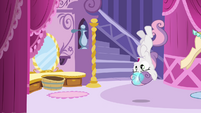 Sweetie Belle upside-down S4E1