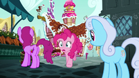 Pinkie Pie races to the train station S7E4