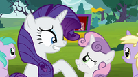 Rarity and Sweetie Belle grin at each other S7E6