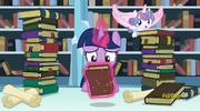 S06E02 Twilight przeszukuje książki