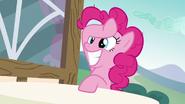 S06E21 Pinkie Pie uśmiecha się szeroko