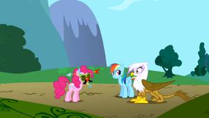 Gilda vê a Pinkie Pie usando uma máscara boba T01E05