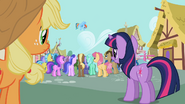 S02E08 Applejack i Twilight patrzą na Rainbow Dash
