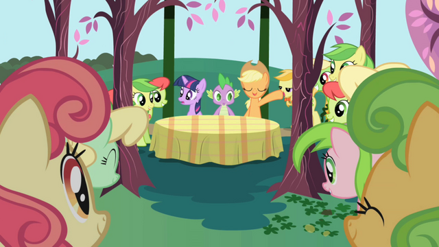 Файл:Applejack about to introduce the Apple Family S1E01.png