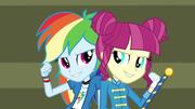 Rainbow y la majorette de tambores cantando EG3
