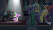 Spike cantando a los guardias T6E16
