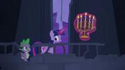 Twilight e Spike caminhando pelo castelo T4E03