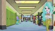 Twilight y Spike mirando dentro de Canterlot High School