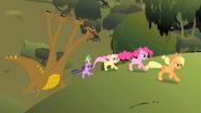 S01E15 Kucyki i Spike uciekają przed hydrą
