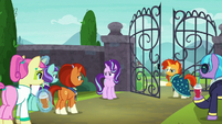 Starlight and Sunburst play gate greeting over and over S8E8