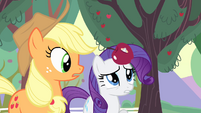 Rarity catches apple on her horn S4E07