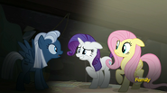 S05E01 Night Glider mówi do Rarity i Fluttershy 2