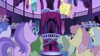 Los ponies mirando el Stan S1E1