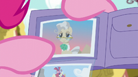 Pinkie points at photo of Mayor Mare S6E11