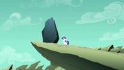 Jovem Rarity olhando para uma rocha T1E23