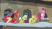 Pinkie and Apples at the train station S5E20