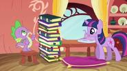 S03E09 Spike patrzy na stos książek