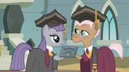 S07E04 Maud otrzymuje dyplom