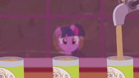 Twilight looking at applesauce assembly line S5E25