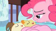 Pinkie faz os gêmeos dormirem