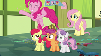 Pinkie waving a flag for the Crusaders S8E12