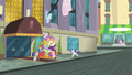 Rarity runs back to the hotel S4E08.png