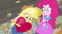 Applejack desenhando em um balão EG