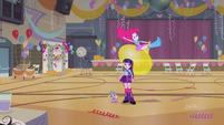Pinkie Pie pulando em um balão EG