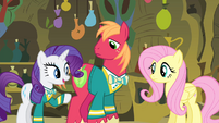 Rarity pointing at Fluttershy S4E14