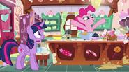 S07E23 Pinkie jest pewna, że jej nowe ciasto będzie wspaniałe