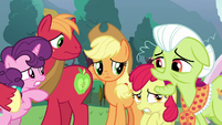 "Granny Smith ""Earth ponies been pourin' in"" S9E25"
