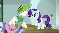 Rarity continues setting up the window display S6E9