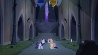 Rarity e Fluttershy dentro do castelo T4E03