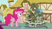 S07E23 Pinkie rozumie już, że Rainbow nie chciała jej zasmucać