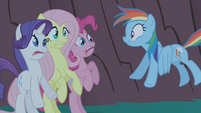 Rainbow Dash successfully scares her friends S1E02