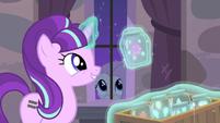 Starlight levitando un frasco con la Cutie Mark de Twilight EMC-P2