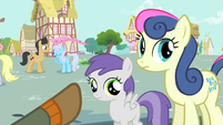 Trenderhoof pointing towards Sweetie Drops and a foal S4E13
